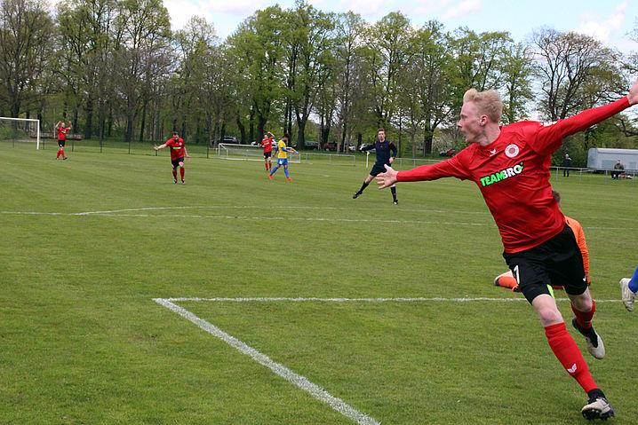 Adrian Herkt erzielt das 1:0 für den DSC