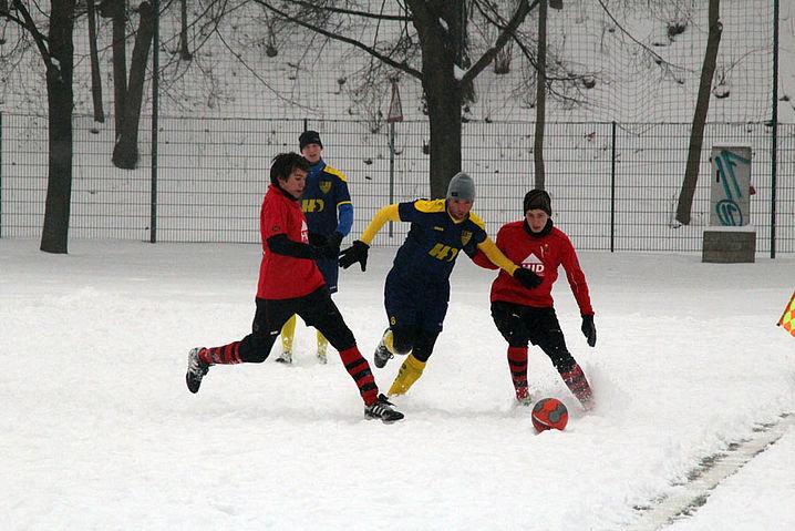 Sascha Hoffmann (links) und Robert Thomas im Zweikampf gegen Richard Berger