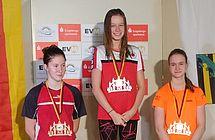 Celine Wolter (Mitte) stellte mit 28,62 Sekunden über 50m Rücken einen neuen Altersklassenrekord auf. (c)Foto:D.Bludau
