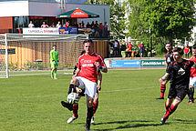 Der zweifache Torschütze Paul Seifert (SG Striesen) behauptet den Ball.