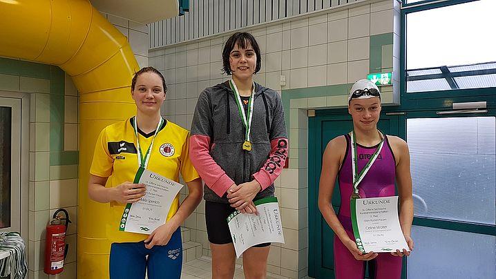 Juniorenwertung über 100m Rücken. Alle 3 Medaillen gehen an den DSC: v.l. Milla Sperlich, Lilo Firkert, Celine Wolter. (c)Foto:Oehme