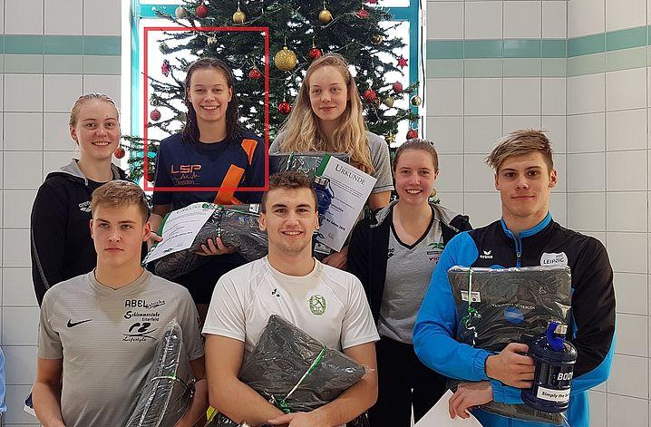 """Celine Wolter im Kreise der weiteren """"Schwimmer des Jahres"""" in Sachsen. Foto:D.Oehme"""