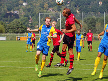 DSC-Spieler Alexander Preißiger ist im Kopfballduell vor seinem Gegenspieler am Ball