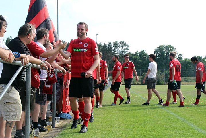 Die Mannschaft bedankt sich bei den Fans nach dem 4:1-Erfolg