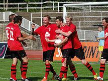 Christian Heinrich (Mitte) bejubelt mit seinen Teamkollegen den Ausgleich kurz vor Ende der regulären Spielzeit