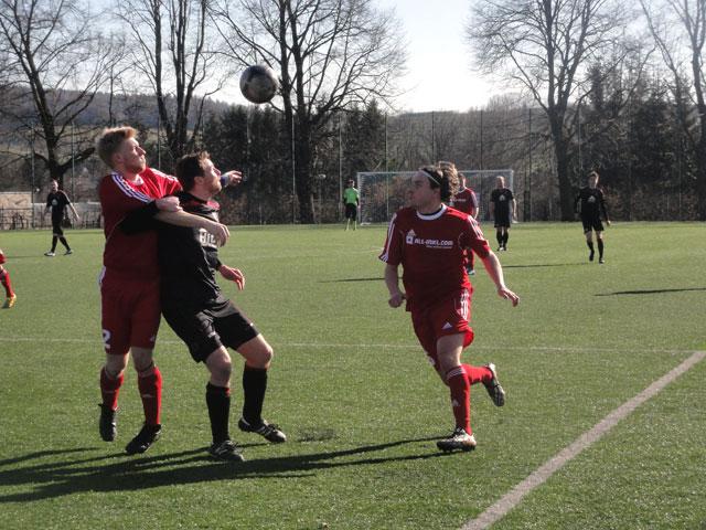 Hier setzt sich Christian Heinrich gegen die FSV-Abwehr durch, am Ende jubelten aber die Kicker von Neusalza-Spremberg.