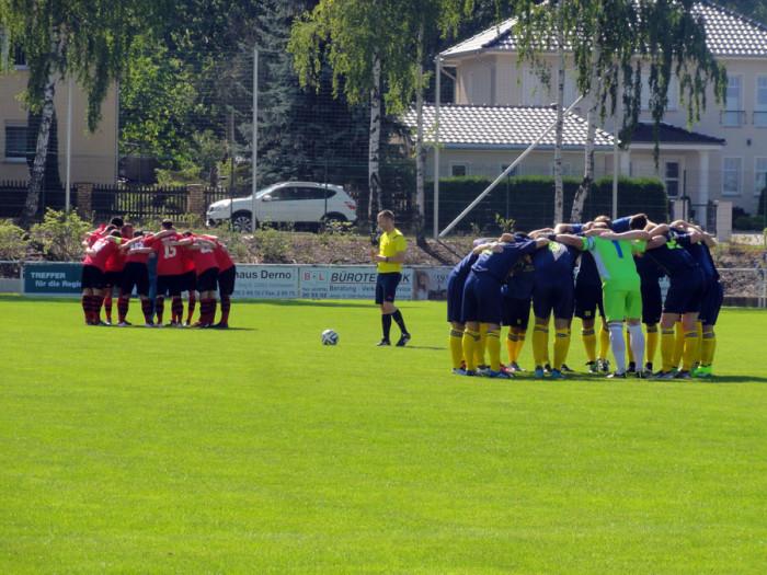 Beide Teams bereiten sich auf das Landesklasse-Spiel vor.