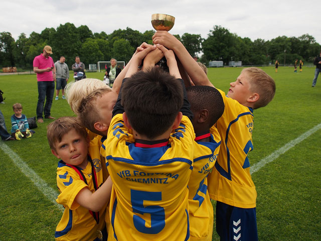 Die Spieler von Fortuna Chemnitz freuen sich über den Siegerpokal in der G-Jugend