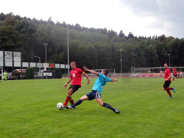 DSC-Kapitän Alexander Preißiger im Zweikampf