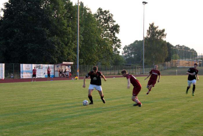 Hier setzt sich DSC'er Tobias Hildebrandt gegen seinen Gegenspieler durch.