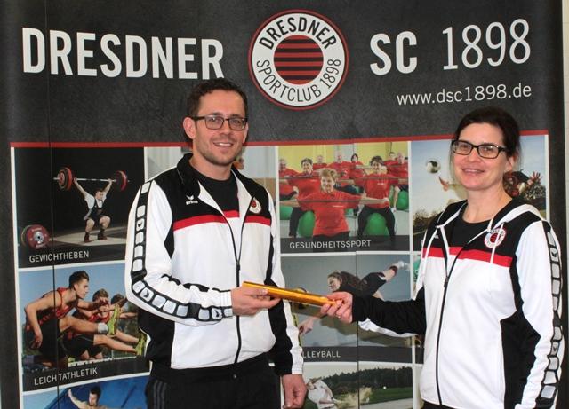 Symbolische Staffelstabübergabe: Angela Geisler übergibt an Toni Fercho. Foto: S. Hofmann