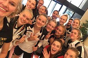 Unsere Camilla Weitzel (links) bestreitet in Albanien die U19-EM der Volleyballerinnen und schickte Grüße vom gesamten Team. Foto: privat