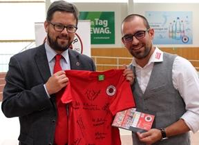DSC-Vizepräsident Lars Rohwer mit PostModern-Marketingchef Alexander Hesse. Foto: DSC/Hofmann
