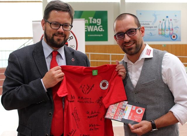 Unser Vizepräsident Lars Rohwer überreichte Alexander Hesse von PostModern ein von allen Abteilungsvertretern unterzeichnetes Shirt. Foto: Hofmann